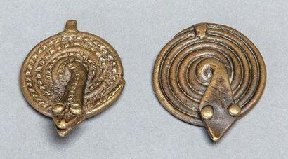 DEUX POIDS représentant un serpent lové....