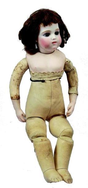 Bébé BRU, première génération par Léon Casimir BRU, tête en biscuit pressé pivotante...