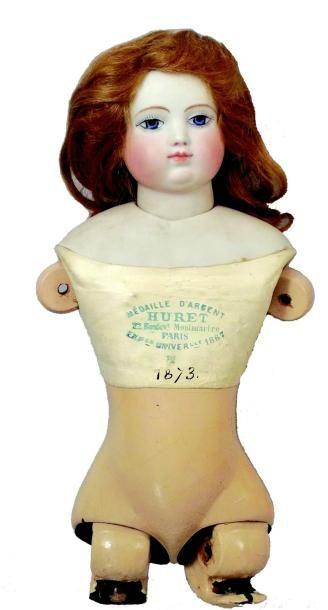 Buste de poupée parisienne de la maison HURET (1873) avec tête en biscuit pressé...