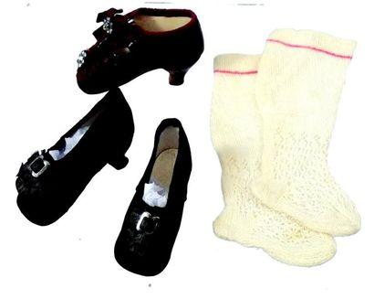 Paire de souliers en soie noire à talons...