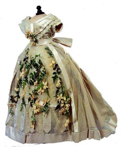 Robe de mariée à manches courtes en taffetas...
