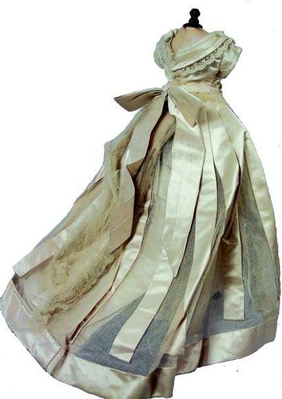 Robe de mariée à manches courtes en taffetas de soie sur tulle blanc et rehaussée...