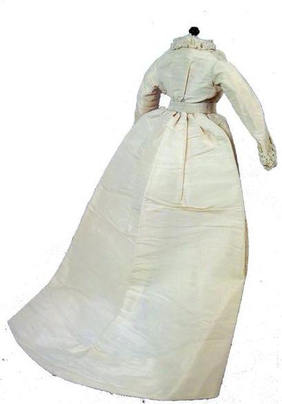 Robe de mariée avec manches longues en taffetas de soie ivoire ornée d'une bordure...
