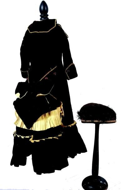 Belle robe de poupée parisienne de grande taille en velours brun. H 47 cm. (circa...