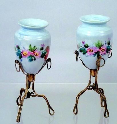 Paire de vases miniatures sur pieds en métal....