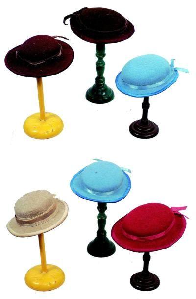 Ensemble de six chapeaux de style ancien en feutrine, doublés. Group of six antique...