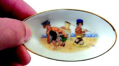 Partie de service de table (31 pièces) en porcelaine avec décor chromolithographié...