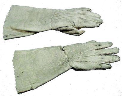 Paire de gants anciens en peau blanche pour...