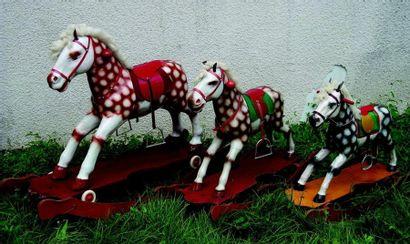 A-B-C- Trois chevaux pie en cartonnage moulé...