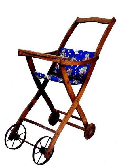 Petite chaise de poupée pliante et roulante...