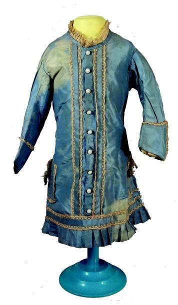 Robe ancienne de petite fille en soie bleue...