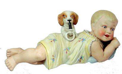 Piano-Baby en biscuit polychrome représentant...