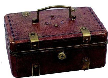 Jolie valise à ouvrage armoriée recouverte...