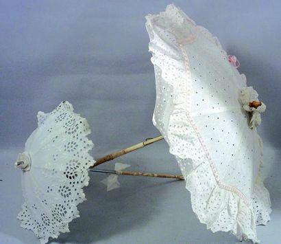 Une ombrelle de dame et une ombrelle de poupée...