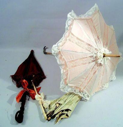 Une ombrelle manche en bois et poignée en...