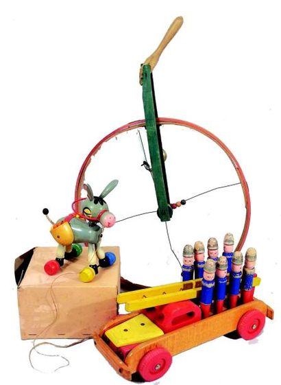 Trois jolis jouets anciens en bois peint:...