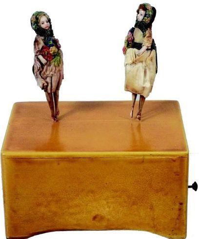 «GISELE» petit automate en bois avec deux...