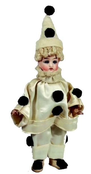 «Pierrot» tête et bras en biscuit de fabrication...