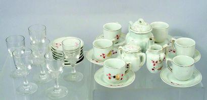 Service à thé en porcelaine avec décor de...