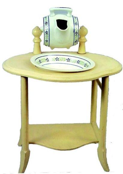 Joli table de toilette avec réservoir tonneau...