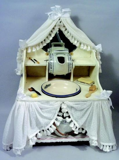 Très belle et originale table de toilette...