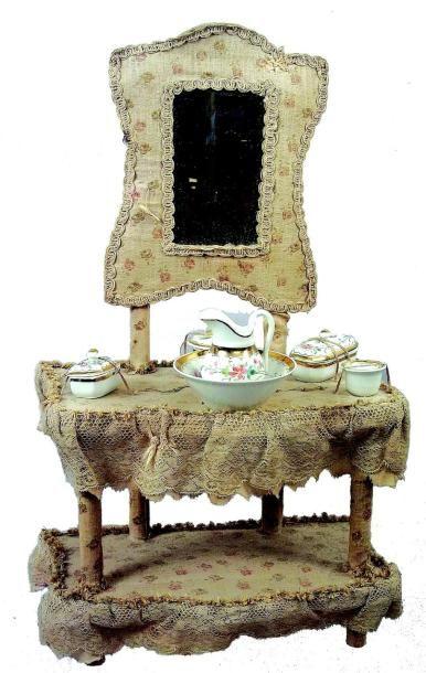 Très jolie et rare table de toilette en bois...
