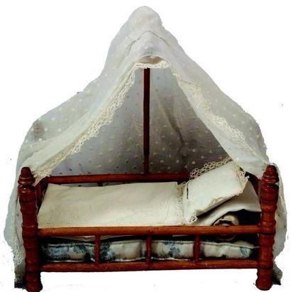 Ravissant petit lit de poupée en pitchpin...