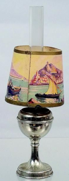 Très rare lampe à pétrole avec son verre...