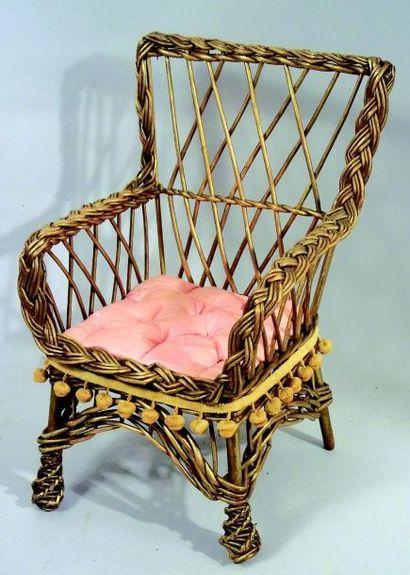 Fauteuil de poupée en osier doré avec assise...
