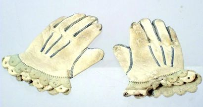 Paire de gants de bébé en peau de très belle...