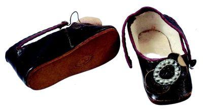 Rare paire de souliers cuir bruns en cuir...