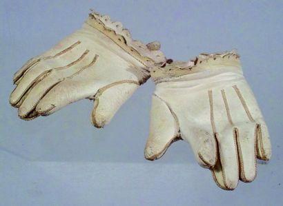 Paire de gants anciens de bébé en peau blanche....