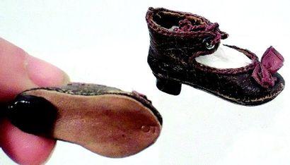 Jolie paire de souliers en cuir à talons...