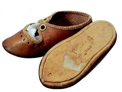 Paire de souliers en cuir bruns signes ALART,...