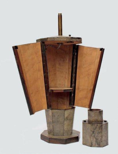 LAMPE, le pied et la base de forme octogonale...