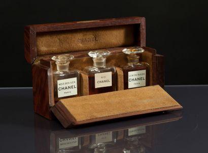 CHANEL - (années 1930) Rare coffret grand luxe en teck gainé de loupe de forme rectangulaire,...