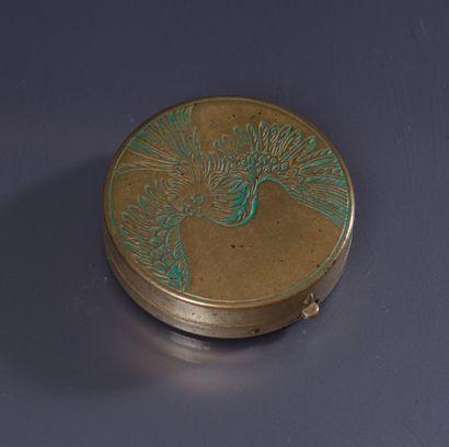 Roger & Gallet «Le Jade» - (1923) Poudrier en laiton estampé en forme de disque,...
