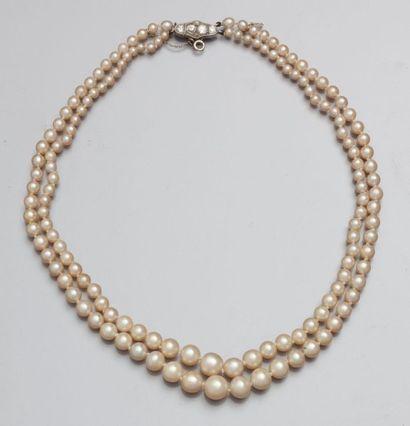 Collier deux rangs de perles composé de 69...