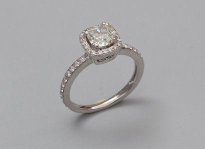 Bague en or gris 750°/00, centrée d'un diamant...