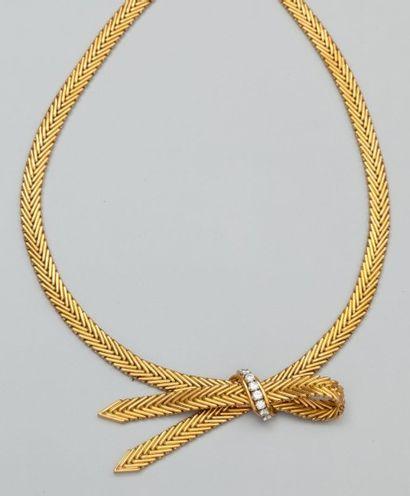 Collier ruban en or jaune 750°/00 (tête d'aigle)...
