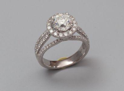 Bague en or gris 750°/00 centrée d'un diamant...