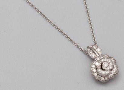 """DIOR JOAILLERIE Collier """"rose Bagatelle"""", petit modèle en or gris 750°/00 (tête d'aigle),..."""
