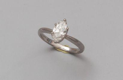Bague en platine (mascaron) sertie d'un diamant taillé en navette monté en solitaire...