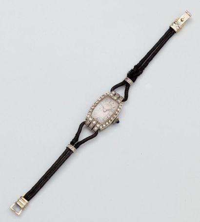 Montre bracelet de dame à boîtier tonneau...