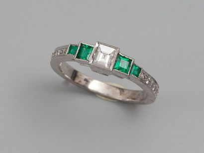Anneau en or gris 750°/00, serti d'un diamant...