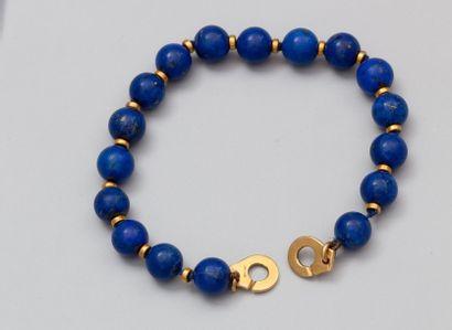 DINH VAN Bracelet formé de boules de lapis lazuli, intercalaires en or jaune. Fermoir...