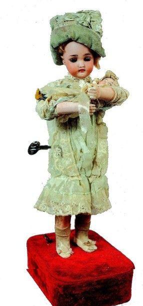 «Fillette berçant sa poupée» automate à musique...