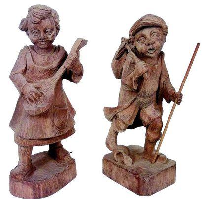 Deux statuettes en bois sculpté représentant...