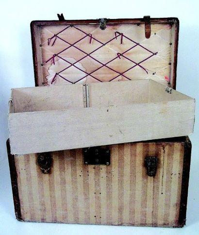 Belle et rare malle d'enfant ancienne de marque Louis VUITTON en bois recouverte...