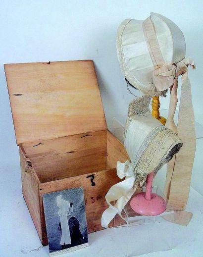 Deux authentiques coiffes anciennes de la région du Poitou, en soie ivoire et dentelle,...